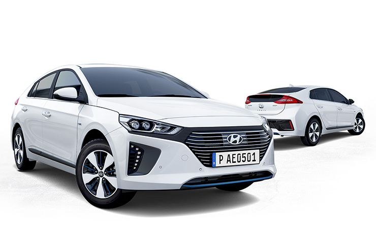 Side view of white Ioniq plug-in hybrid in front and white Ioniq plug-in hybrid parked behind