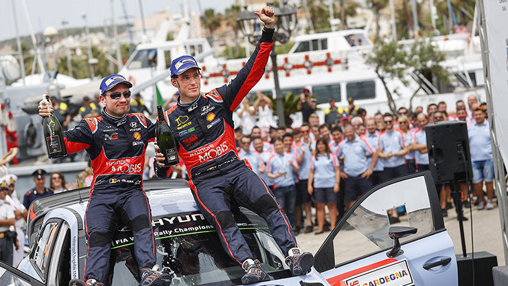 thierry neuville with his crew sits on the top of the car and he wins the rally italy to end the slump